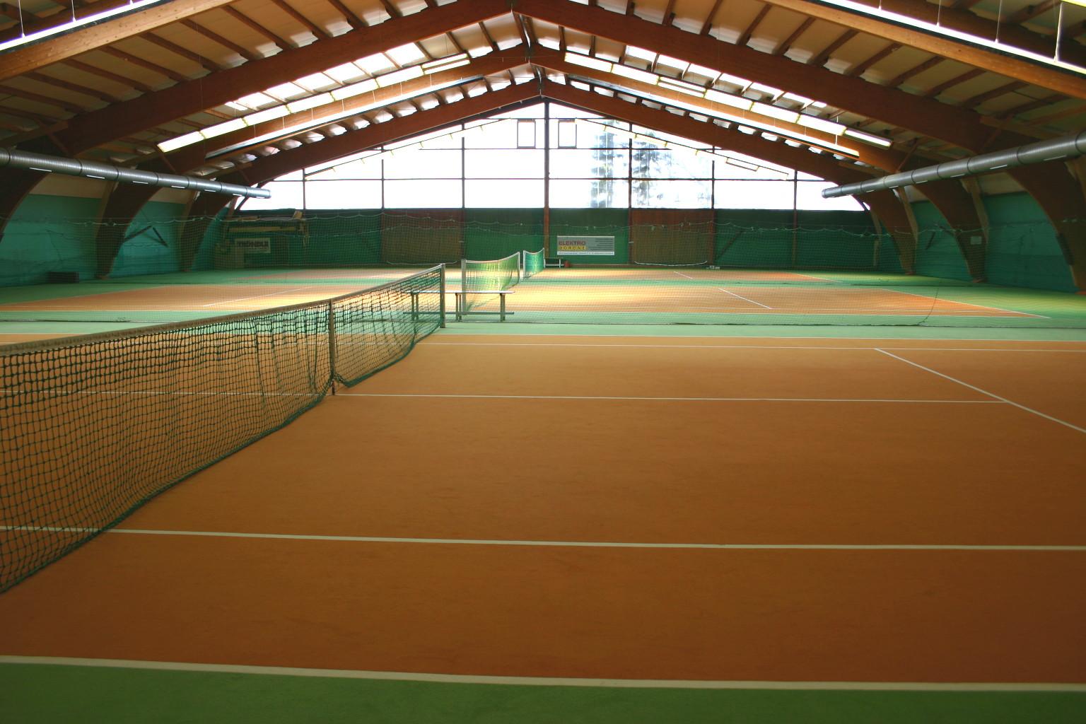 Granulatplätze für Tennis des Tröndle Sportcenters